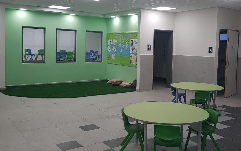"""בית ספר הרמב""""ם יבנה. גם הפרוזדורים הפכו למרחבי למידה"""