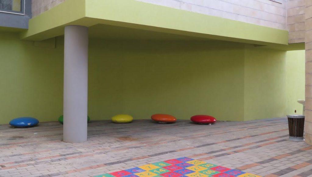 """בית ספר הרמב""""ם יבנה. כשהחצר הופכת למרחב למידה"""